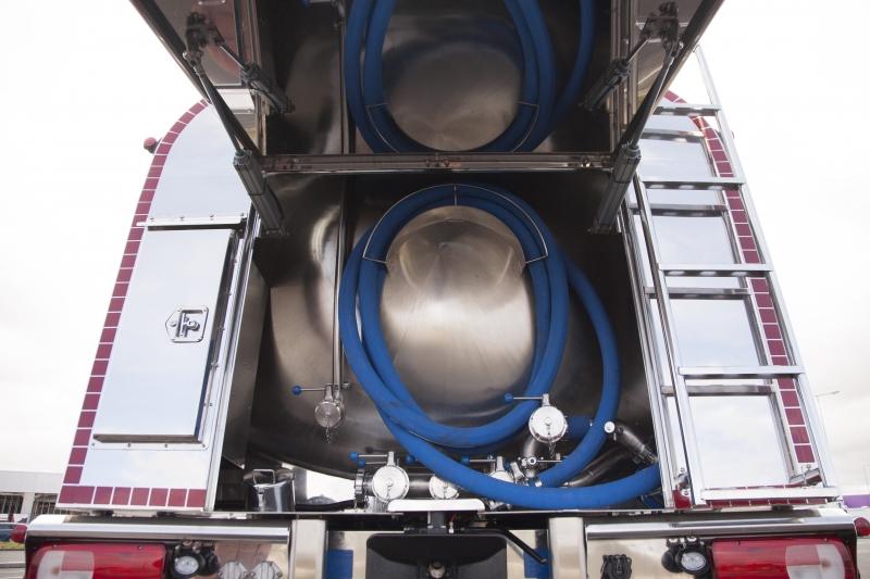 Cisterna sobre camión para recogida de leche con armario en la parte trasera