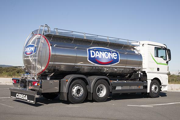 Cisterna sobre camión para recogida y transporte de leche con equipo laboratorio
